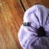 détail chouchou velours côtelé lila
